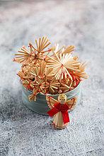 Weihnachtsschmuck, Strohsterne und Engelsfiguren