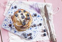 Stapel amerikanischer Pfannkuchen mit Schlagsahne und Heidelbeeren