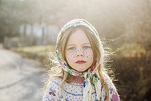 Schweden, Portrait eines Mädchens (4-5) verkleidet als Osterhexe mit Kopftuch