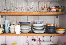 Geschirr und Trinkgläser auf Regalen in der Küche zu Hause