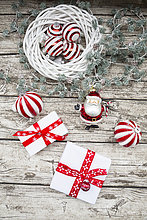 Weihnachtsschmuck und Weihnachtsgeschenke auf Holz
