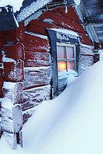 Schnee bedeckt rote Hütte