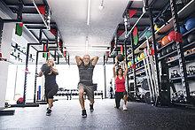 Gruppe von fit Senioren im Fitnessstudio mit Medizinbälle