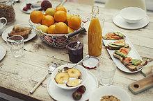 Stillebenfrühstück auf rustikalem Esstisch
