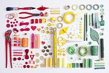 Werkzeuge, Bastel- und Malmaterial auf weißem Grund