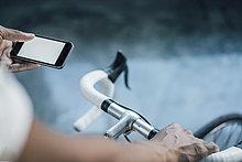 Nahaufnahme des Mannes mit Fahrradkontroll-Handy