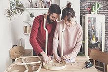 Junges Paar beim Zusammenbau von Flat-Pack-Hocker zu Hause