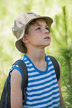 Junge im Freien, aufmerksam aufblickend