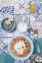 Türkisches Bulgurgericht mit Tomaten, Kichererbsen und Joghurt