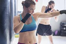 Entschlossenes, zähes Boxerinnen-Schattenboxen im Fitnessstudio