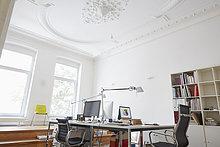 Modernes Büro mit Stuckdecke