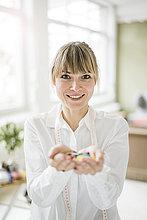 Porträt einer lächelnden Frau mit Knöpfen