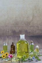 Verschiedene Heilblüten, Kräuter und Öle
