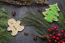 Weihnachtsplätzchen auf Holztisch mit Weihnachtsschmuck