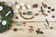 Adventskranz Dekorationsartikel, selbstgemachter Adventskranz mit echtem Tannengrün, DIY, Hirsch, Zapfen, Kerzen, Draht, Zange